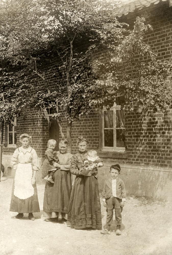 Tafereeltje uit 1911 van de familie silvertand simons bij het huis brunssummerweg 36 - Oude huis fotos ...